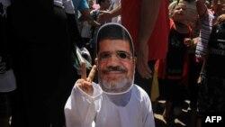 Дитина в масці усунутого президента Мурсі на мітингу його прихильників у Каїрі, 9 серпня 2013 року