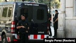 Припадници на шпанските безбедносни сили на местото на нападот во Барселона.