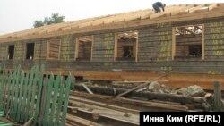 Больницу в Хужире сперва разобрали, а теперь заново строят: на том же месте и из тех же бревен