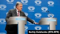 Петро Порошенко під час спілкування з журналістами, НСК «Олімпійський», Київ,14 квітня