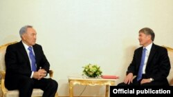 Президент Казахстана Нурсултан Назарбаев слушает президента Кыргызстана Алмазбека Атамбаева. Москва, 20 марта 2012 года.