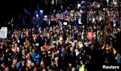 برگزارکنندگان تظاهرات در لندن میگویند این حق شهروندان است که نظر و آرای خود را تغییر دهند.