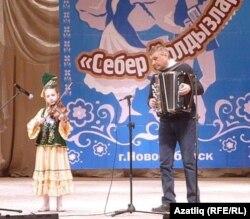 Казакъстанның Семей шәһәреннән килгән Снежана Кузнецова скрипкада уйный, баянда Габдулхак Ахунжанов