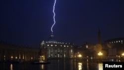 Вечером 11 февраля, в день, когда Папа объявил об уходе, в храм во время бури ударила молния