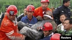 Құтқарушылар шахтадан тірі қалған жұмысшыны алып шықты. Қытай, 30 тамыз 2011 жыл.