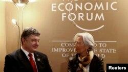 Директор-розпорядник МВФ Крістін Лаґард спілкується з президентом України Петром Порошенком на щорічних зборах Всесвітнього економічного форуму, Швейцарія, січень 2015 року