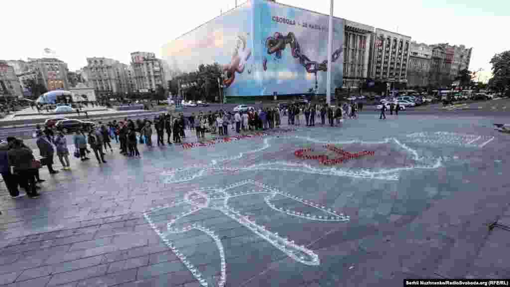 В акции приняли участие около сотни человек: киевляне, крымские татары, туристы.