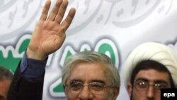 به گفته آقاى موسوى، «از اين پس ما دولتى خواهيم داشت كه از نظر ارتباط با ملت در ناگوارترين شرايط به سر مى برد و اكثريتى از جامعه، كه اينجانب نيز يكى از آنها هستم، مشروعيت سياسى آن را نمى پذيرد.»