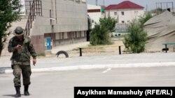 Жаңаөзен қаласындағы әскерлер қоныстанған орын. Маңғыстау облысы, 1 мамыр 2012 жыл.
