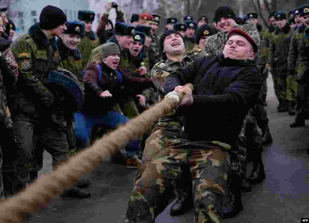 Перетягування канату – одна з традиційних розваг на Масляну. Мінськ, Білорусь