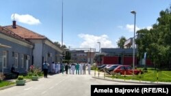 Doctors and medical staff in Novi Pazar turned their backs on Serbian Prime Minister Ana Brnabic and Health Minister Zlatibor Loncar when they came to visit the hospital.