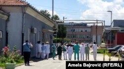 Deo lekara i medicinskog osobra kod bolnice u Novom Pazaru okrenuli su leđa premijerki Srbije Ani Brnabić i ministru zdravlja Zlatiboru Lončaru, koji su posetili bolnicu u tom gradu. 30. jun 2020.