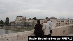 Луѓе на Камениот Мост ги гледаат Музејот на македонската борба за државност и самостојност и Музејот на ВМРО и на жртвите на комунизмот и новиот театар.