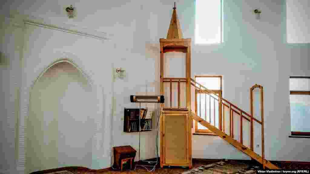 Праворуч розташований мінбар – кафедра в мечеті, з якої імам виголошує проповідь для прихожан