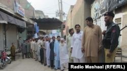 Njerëzit presin për të votuar