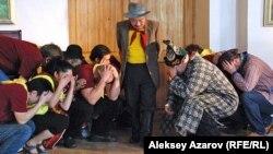 Съемки картины «Еркелаш»: директор (актер Ерболат Тогузаков) входит в аудиторию. Алматы, 16 января 2013 года.