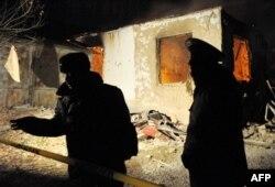 Экстремистер деген күдікке ілінген топты ұстау операциясы болған жерде тұрған Қырғызстан қауіпсіздік күштері өкілдері. Қаңтар, 2011 жыл. (Көрнекі сурет)
