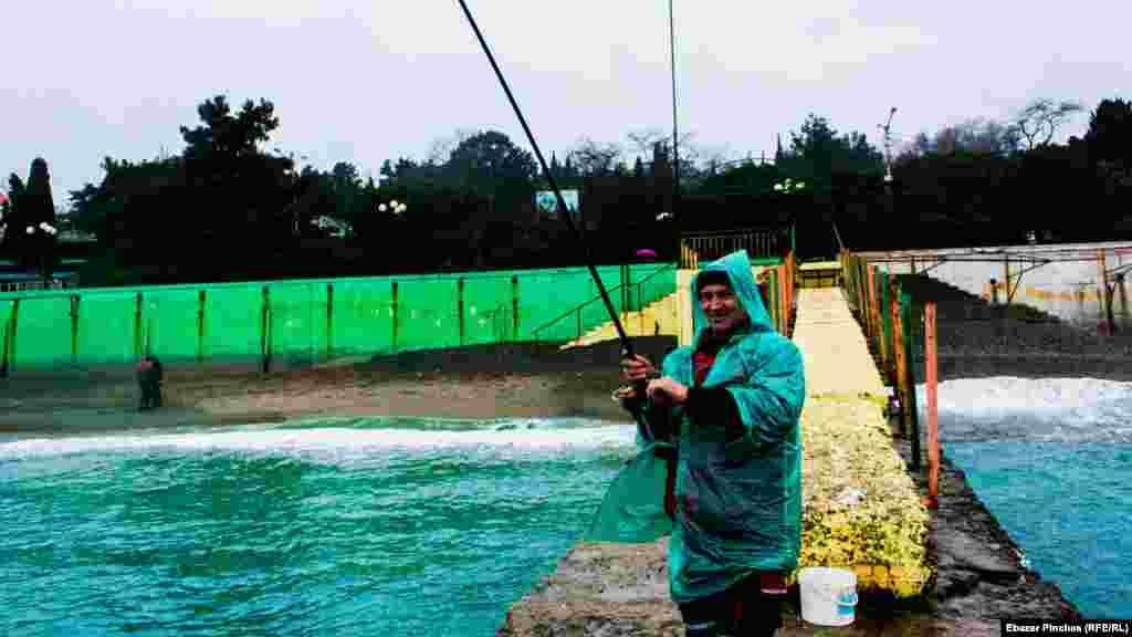 Андрей ловит рыбу и жалуется на плохой улов и большие штрафы, вспоминая былые времена