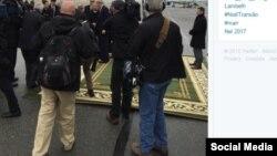 На своей странице в в Twitter'е репортер агентства Reuters Мэтт Спитальник написал, что узбеки расстелили перед Керри зеленую ковровую дорожку.