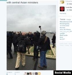 Reuters мухбири Мэтт Спиталник Twitter саҳифасида Жон Керри пойига яшил гилам тўшалди, деб хабар қилди.