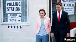 Лідэр лейбарысцкай партыі Вялікабрытаніі Эд Мілібэнд разам з жонкай выходзіць з участку для галасаваньня ў Данкастэры, паўночнай Англіі, 7 траўня 2015 году