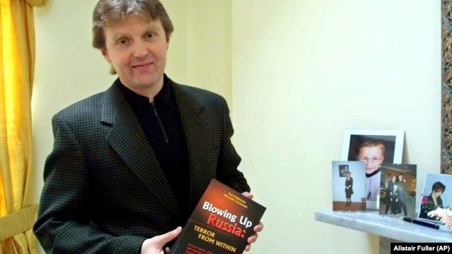 """Александр Литвиненко с английским изданием книги """"ФСБ взрывает Россию"""", 2002"""