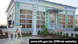Первый питомник для алабаев был торжественно открыт в Ахалском велаяте 18 сентября сыном президента Туркменистана Сердаром Бердымухамедовым.