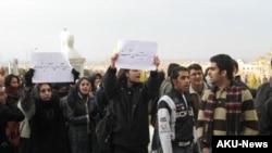اعتصاب دانشجويان دانشگاه اصفهان از دوشنبه هفته گذشته برای پيگيری خواسته هايشان از مسولان دانشگاه آغاز شد.