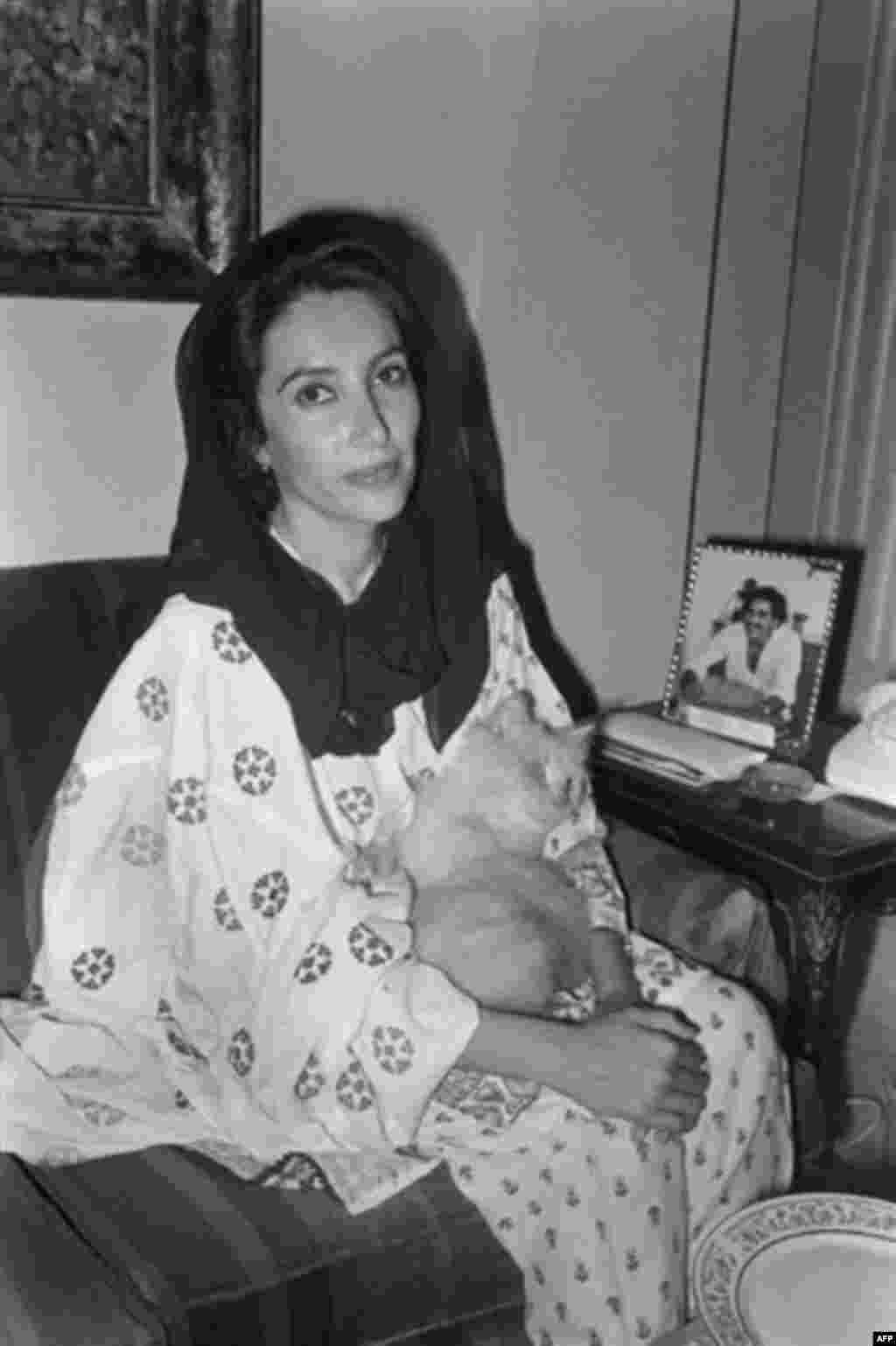 بی نظیر بوتو در سال 86 میلادی و ساعتی پس از آزادی به همراه گربه اش «چارلی». او در این سال به مبارزات خود ادامه داد و در سال 88 به عنوان نخستین زن در جهان اسلام، به نخست وزیری رسید.