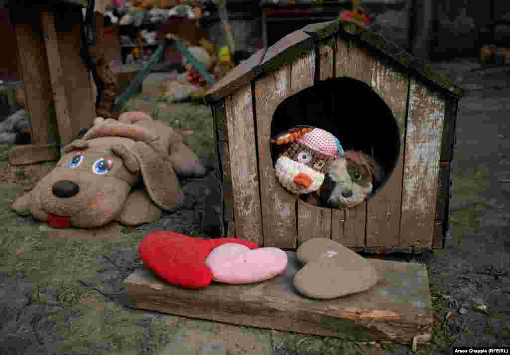 Но приют получил популярность. Все больше детей приносят сюда ненужные игрушки и забирают себе то, что нравится. А взрослые приходят сделать селфи. Так что вряд ли все это будет убрано со львовского двора в ближайшее время.