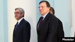 Armenia - President Serzh Sarkisian (L) and European Commission President José Manuel Barroso meet in Yerevan, 1Dec2012.
