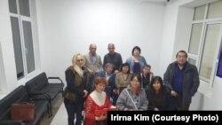 Активистка Галина Арзамасова (в кресле — крайняя слева) в здании суда. Талгар, Алматинская область, 14 октября 2019 года.