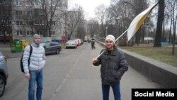 Імпэрскі сьцяг Расеі на вуліцах Менска. Фота з Фэйсбуку Паўла Вінаградава