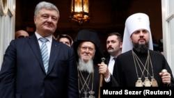 Зліва направо: президент України Петро Порошенко, вселенський патріарх Варфоломій та очільник Православної церкви України Епіфаній