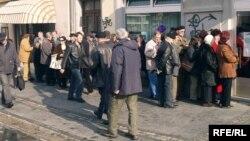 Penzioneri pred bankom čekaju na isplatu penzija