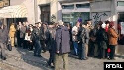 Penzioneri čekaju u redu da prime penziju, BiH, arhivska fotografija