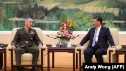 Председатель Китая Си Цзиньпин и глава Объединенного комитета начальников штабов США генерал Джозеф Данфорд. Пекин, 17 августа 2017 года.