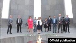 Вице-спикер парламента Грузии Мананп Кобахидзе в мемориале «Цицернакаберд», 11 июля 2016 г․