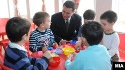 """Премиерот Никола Груевски присуствува на пуштањето на детска градинка """"Сонце"""" во скопската општина Аеродром на 8 март 2013 година."""