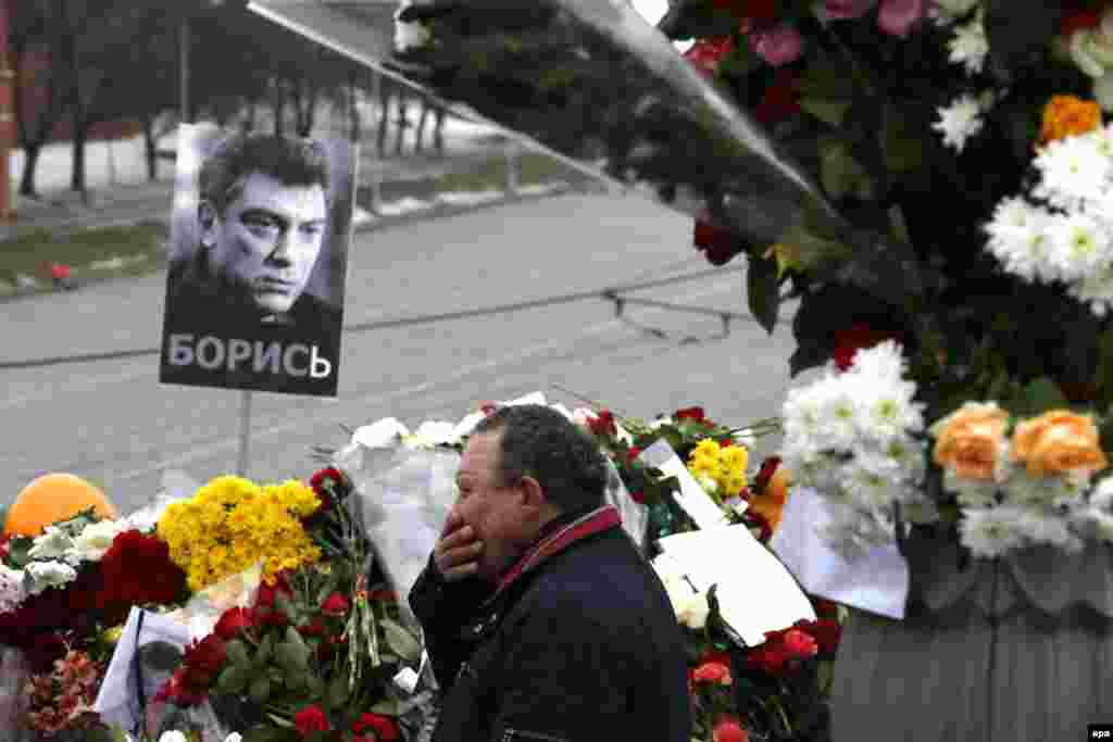 A man reacts at the site of killing of Russian opposition veteran leader Boris Nemtsov in central Moscow. (epa/Sergei Ilnitksy)