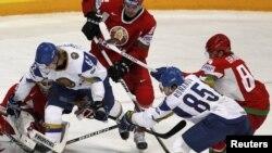 Қазақстан (ақ) және Беларусь (қызыл) хоккей командаларының кездесуі. Финляндия, Хельсинки, 8 мамыр 2012 жыл. (Көрнекі сурет)