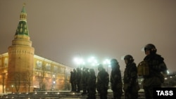 Москвадагы Манеж аянтын полиция курчоого алды, 13-декабрь, 2010.