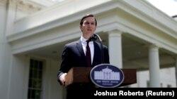 Джаред Кушнер выступает перед Белым домом по окончании слушаний в Сенате.