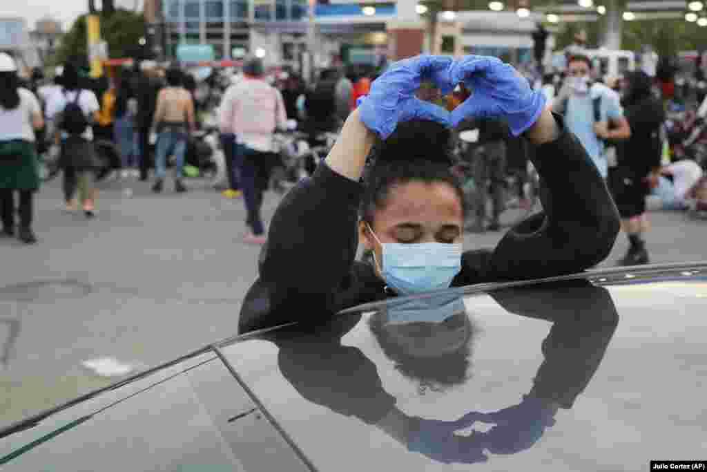 Мнеаполис, демонстрант со знак на љубов