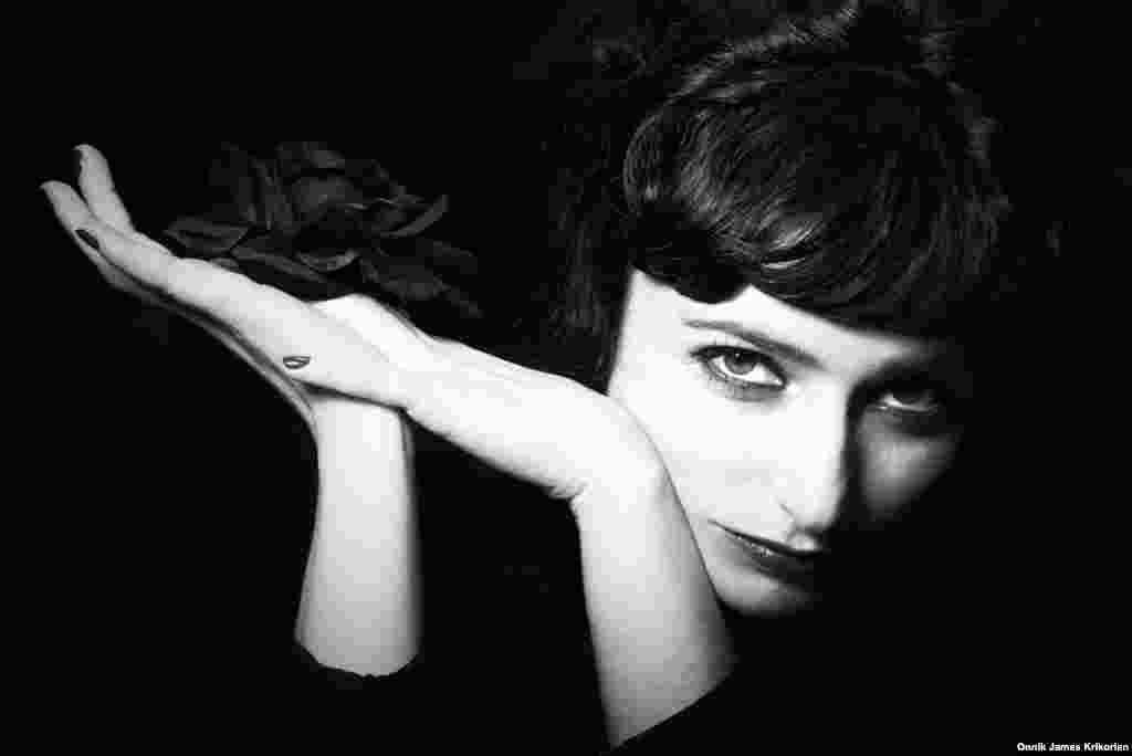 """Теа Санеблидзе, 33-летняя вокалистка группы Lilla Land. Поет по-немецки, с элементами оперного звучания. Группа выпустила свой первый альбом """"Летуцая мышь"""" в июле 2012 года. Санеблидзе огорчается, что готов в Тбилиси очень мало. Говорит, что число тех, кто сделал этот стиль на самом деле стилем своей жизни, не больше пяти."""