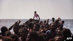 Архива: Мигранти чекаат да бидат спасени во Средоземното Море.