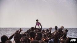 ارشیف، د لیبیا په سواحلو کې یو شمېر پناه غوښتونکي
