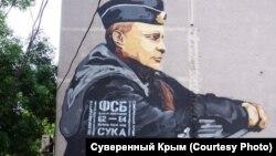 Simferepolda Putinin divarüstü şəkli və ona əlavə edilmiş yazılar