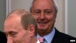 Віталь Ігнаценка стаіць за Ўладзімерам Пуціным, архіўнае фота