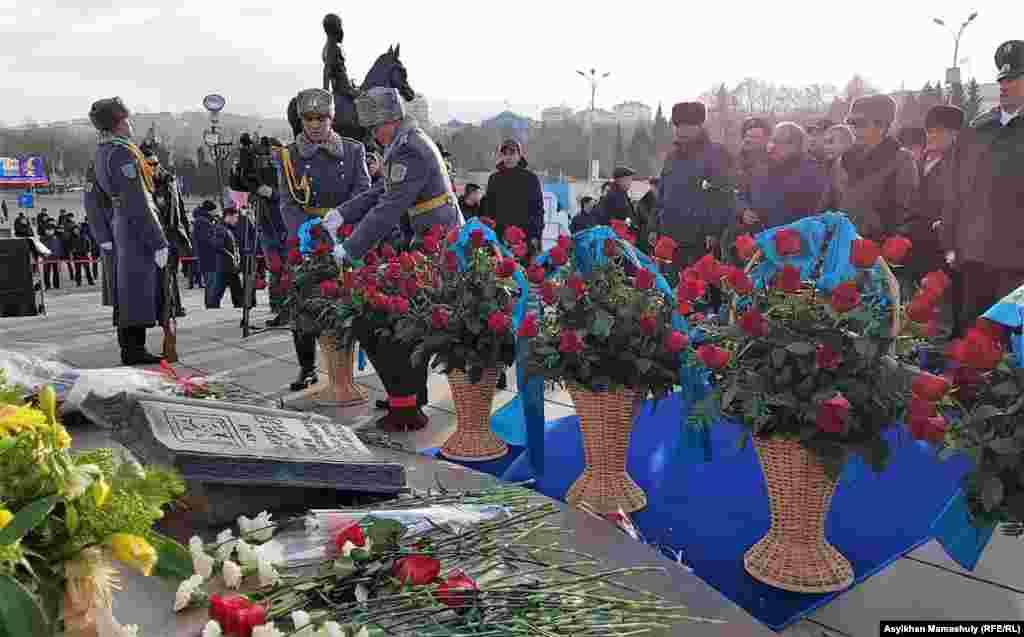 Участники церемонии возложения цветов на центральной площади Алматы, 16 декабря 2018 года.